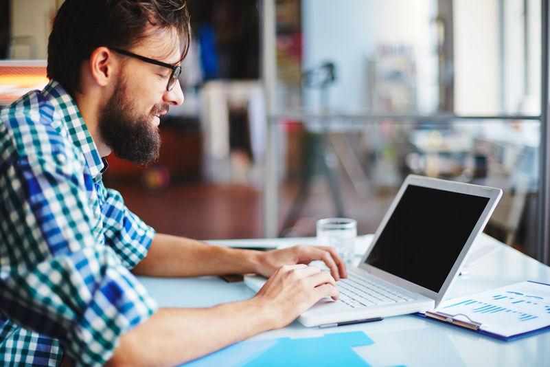 Muž s brýlemi u počítače